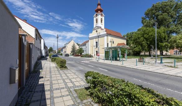 Ortsstraße mit barocker Pfarrkirche